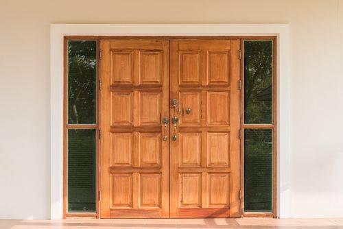 柚木门与玻璃侧翼